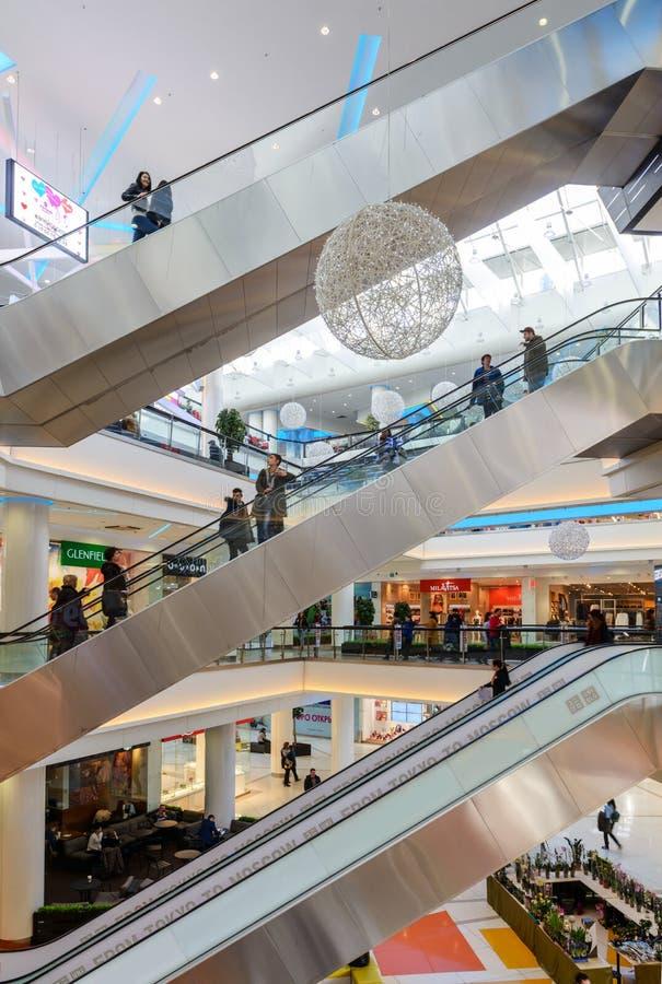 Escadas rolantes em uma grande loja ou alameda imagens de stock royalty free