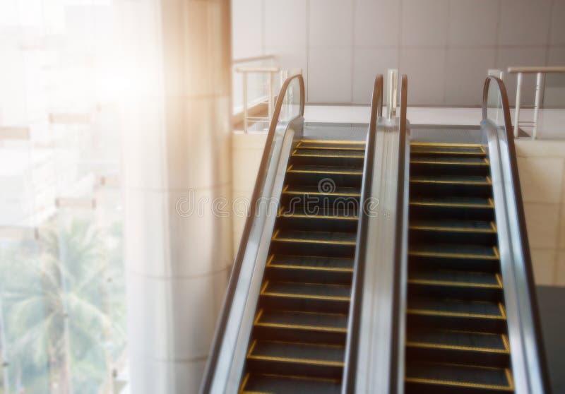 Escadas rolantes modernas de Blured, escadas rolantes do cromo Preto e branco, m foto de stock royalty free