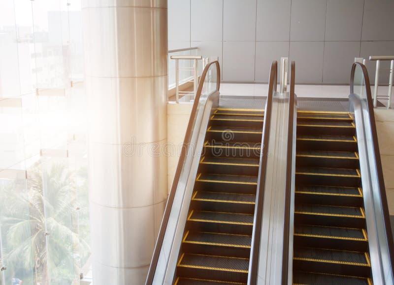 Escadas rolantes modernas, escadas rolantes do cromo Preto e branco, monochro fotografia de stock