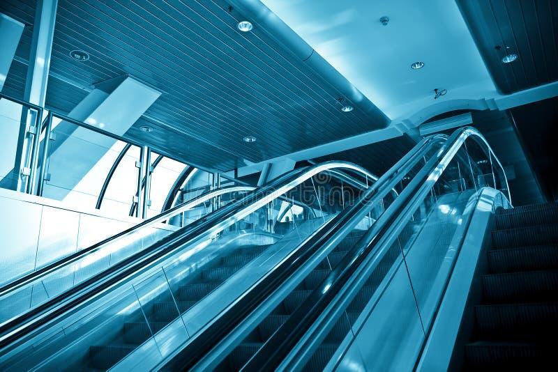 Escadas rolantes no centro de negócios moderno fotografia de stock royalty free