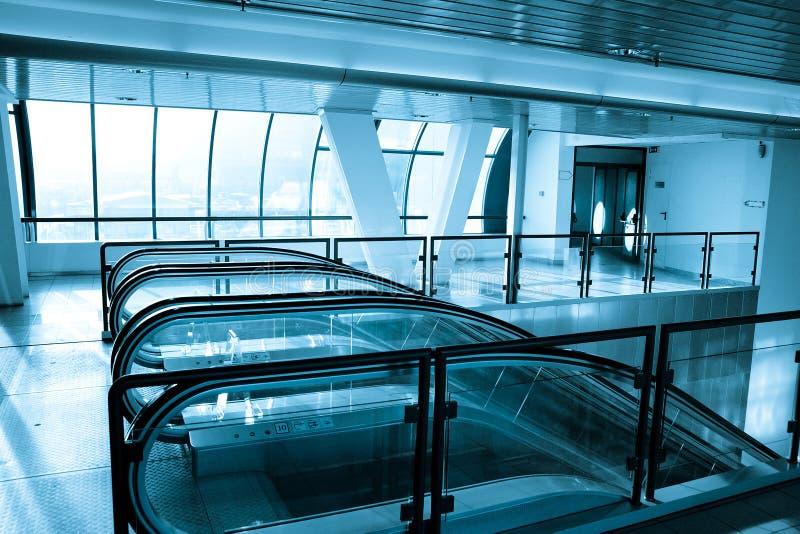 Escadas rolantes no centro de negócios moderno foto de stock