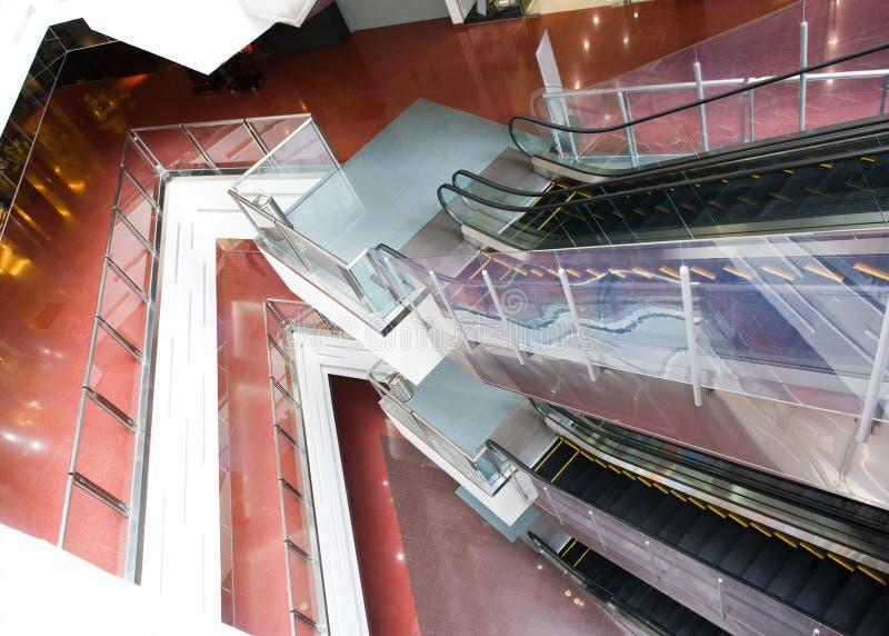 Escadas rolantes no edifício moderno imagem de stock royalty free