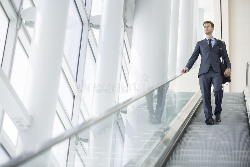 Escadas seguras do prédio de escritórios do retrato do homem de negócio fotografia de stock
