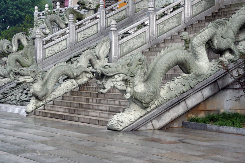 Escadas a um templo budista em Jiuhuashan, província de Anhui, China foto de stock
