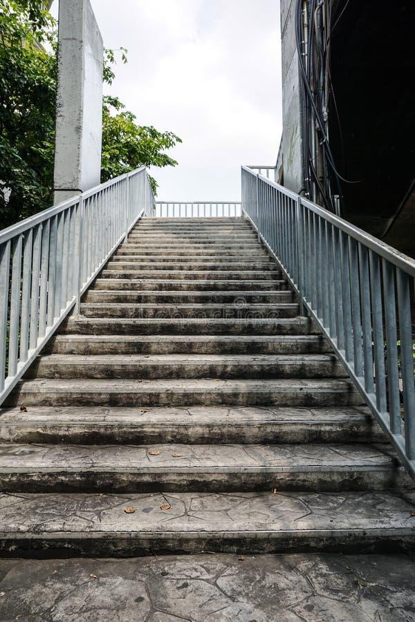 Escadas velhas da passagem superior imagens de stock