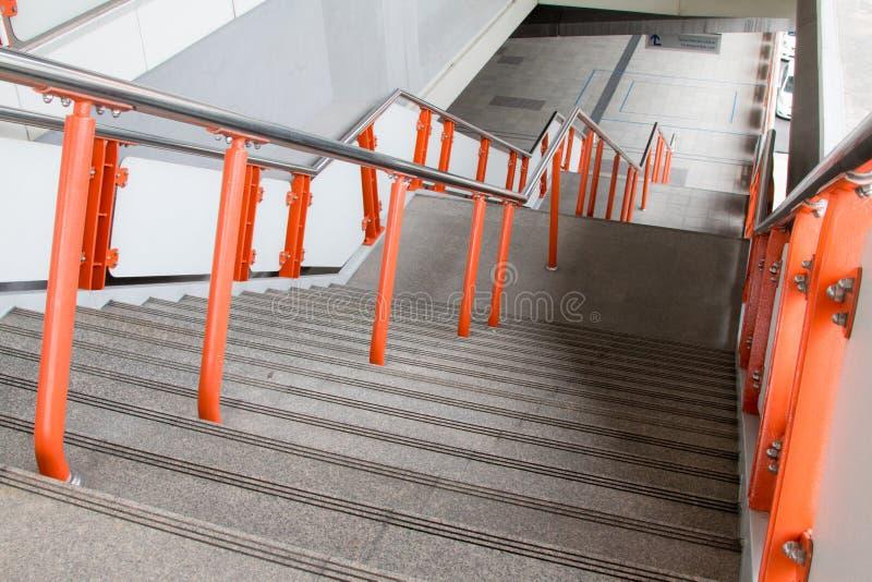 Escadas velhas da passagem superior na cidade fotos de stock royalty free