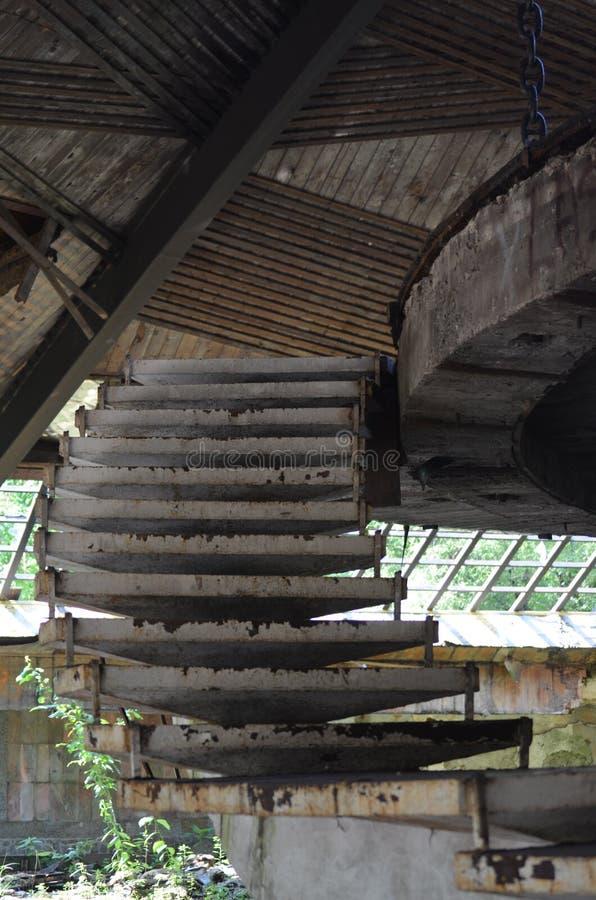Escadas velhas do ferro em uma construção abandonada fotografia de stock