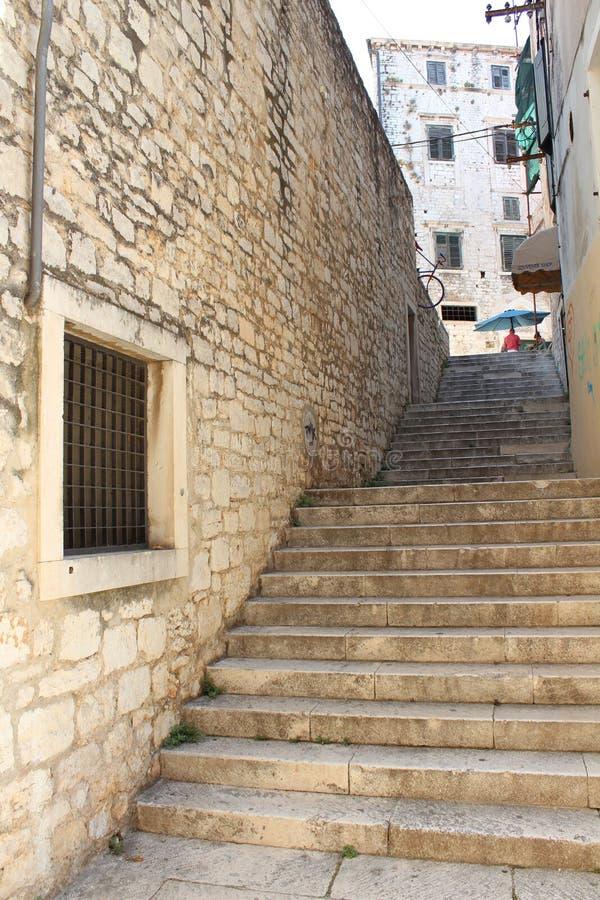 Escadas velhas em Sibenik, Croácia imagem de stock