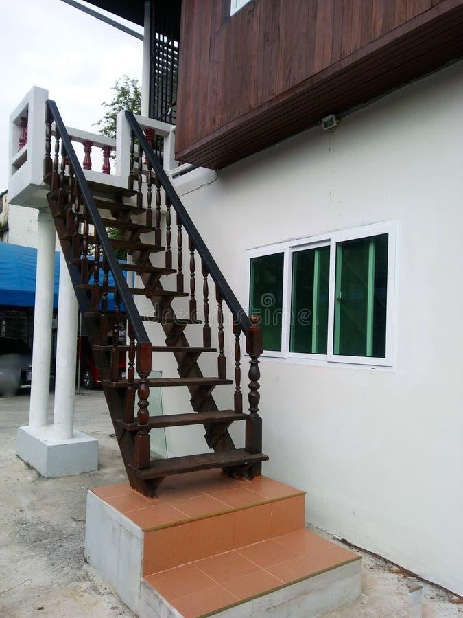 Escadas woodern velhas fora da casa moderna Banguecoque fotografia de stock