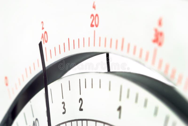 Escala análoga del multímetro de la herramienta de la medida con el indicador foto de archivo