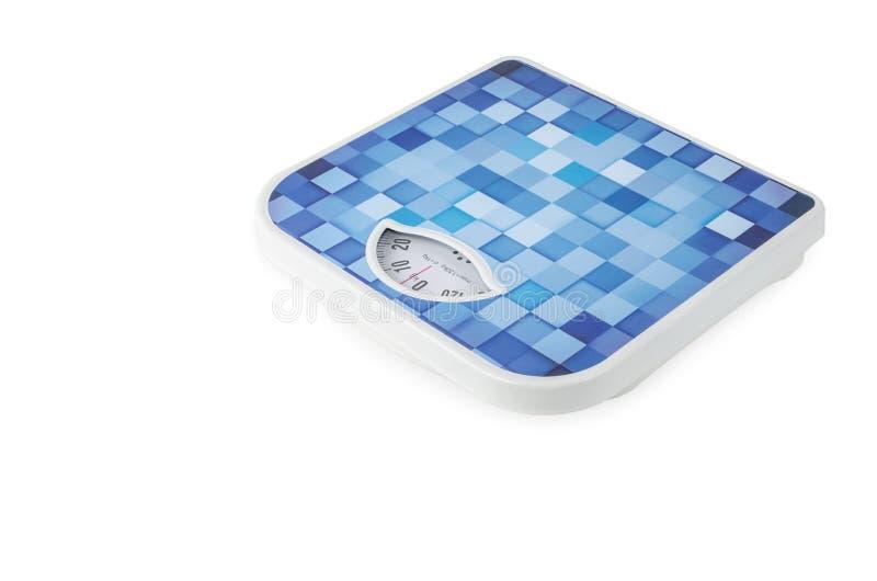 Escala azul del peso del cuarto de baño en el fondo blanco foto de archivo