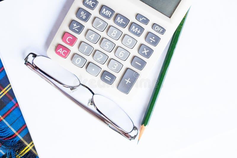 Escala da calculadora, dos vidros, do lápis e do prolongador. imagem de stock royalty free
