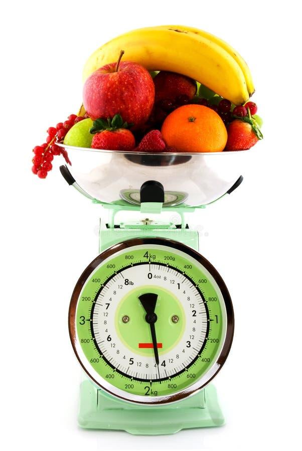 Escala da cozinha com diversidade da fruta imagem de stock