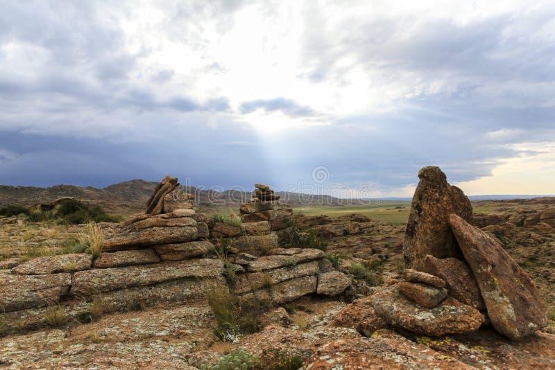 Escala das montanhas de pedra em do sul de Mongólia foto de stock