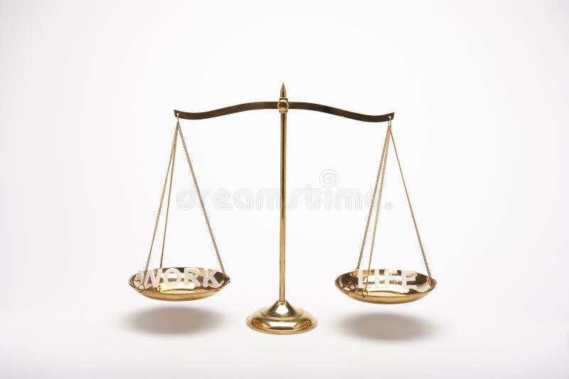 Escala de cobre amarillo de la balanza del oro en el escritorio de madera y el contexto blanco fotografía de archivo