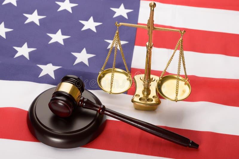 Escala de justiça e martelo da madeira na bandeira dos EUA fotos de stock royalty free