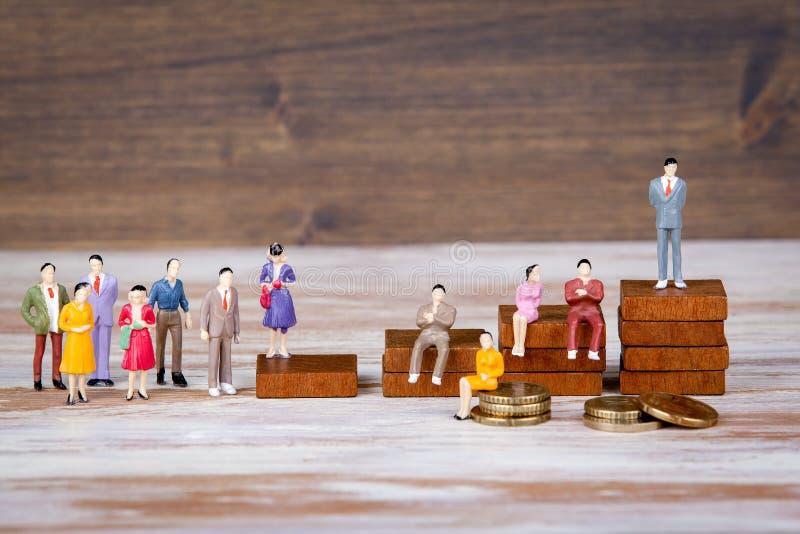 Escala de la carrera El futuro del fondo del trabajo, de la competencia y del negocio Miniaturas humanas coloridas imagenes de archivo