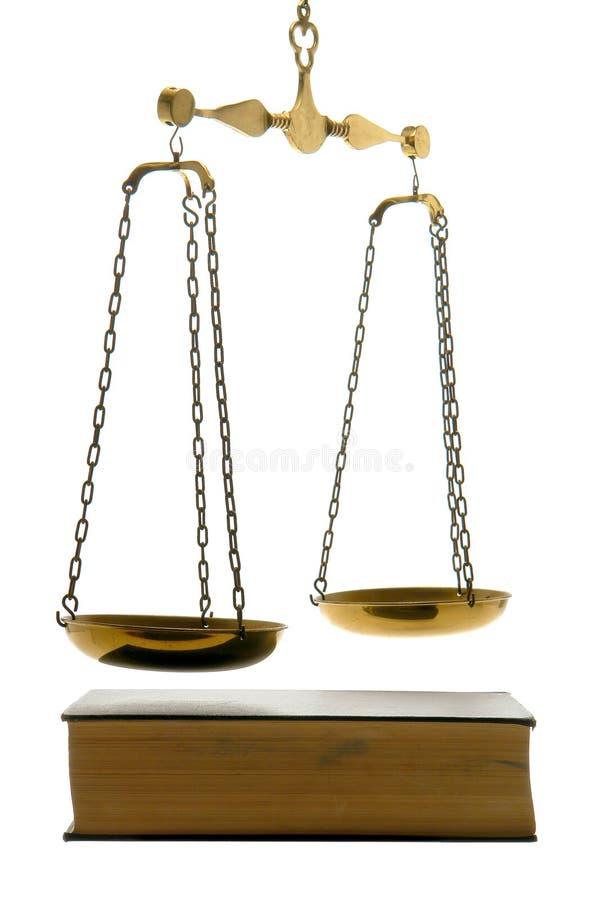 Escala de la justicia y libro de ley viejos imagen de archivo libre de regalías