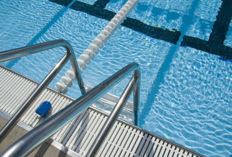 Escala de la piscina imagenes de archivo