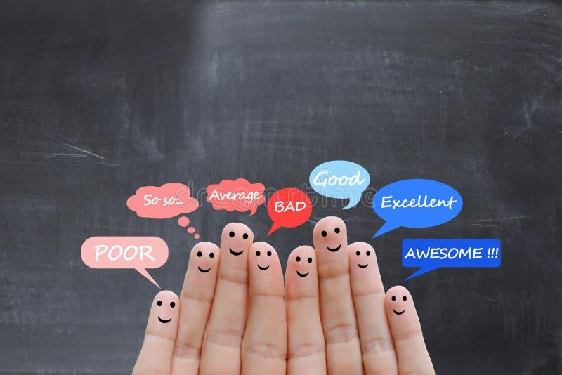 Escala de la satisfacción del cliente y concepto de los certificados con los fingeres humanos felices imágenes de archivo libres de regalías