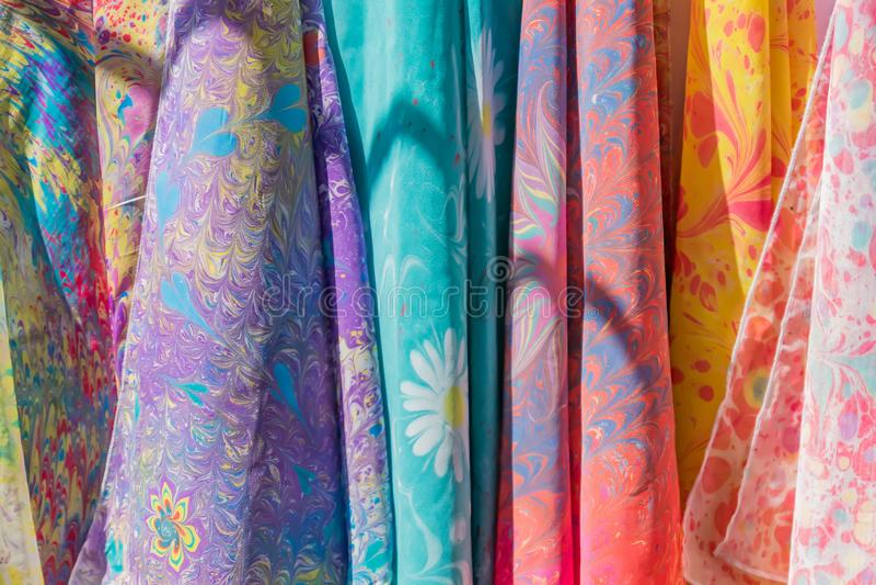Escala de lenços de seda coloridos na loja fotos de stock royalty free