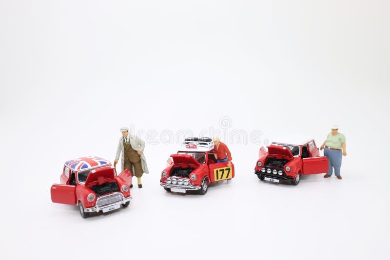 a escala de Mini Cooper com figura ilustração stock