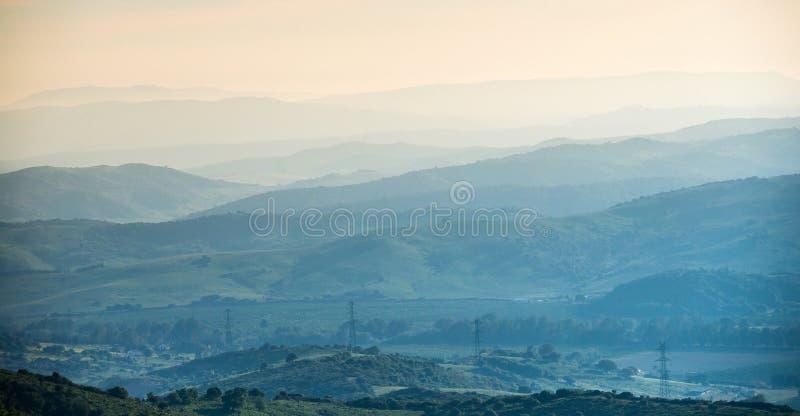 Escala de montanha distante fotografia de stock