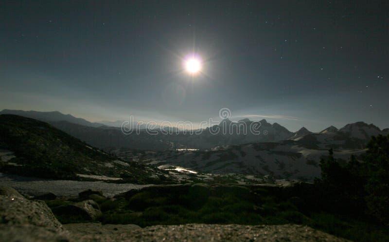 Escala de montanha na noite imagens de stock