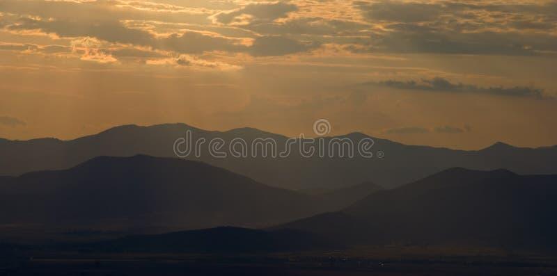 Escala de montanha no nascer do sol imagem de stock