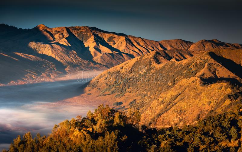 Escala de montanhas da paisagem do vulcão de Bromo imagens de stock royalty free