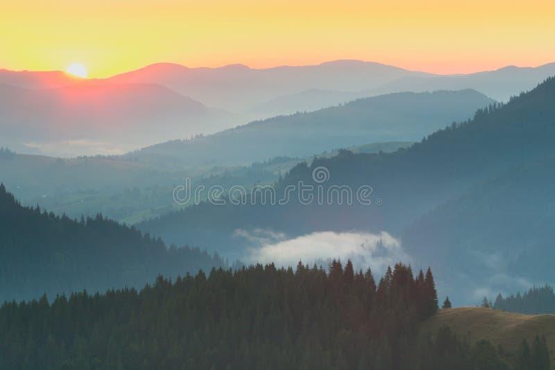 Escala de montanhas - nascer do sol com sol real fotografia de stock