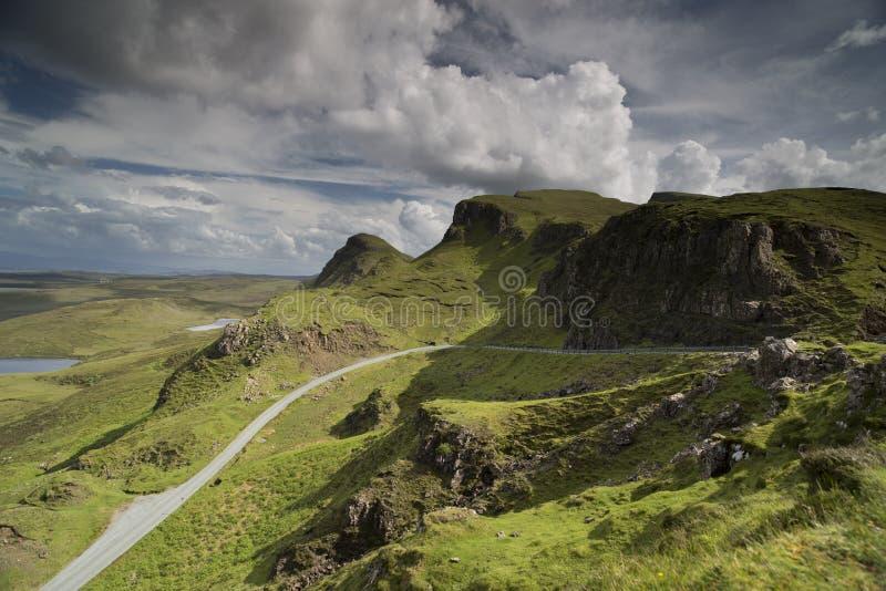 Escala de montanhas quiraing bonita na ilha do skye, scotland imagens de stock royalty free