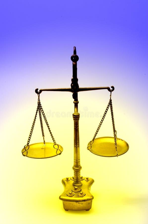 Escala de oro del peso, también balanza del laboratorio, escala de la balanza, o imágenes de archivo libres de regalías