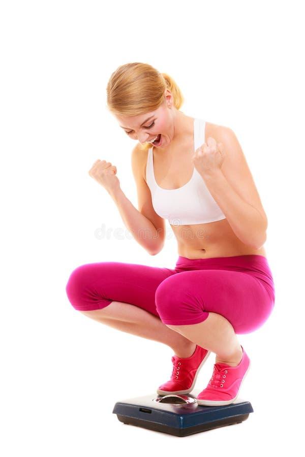 Escala de peso bem sucedida feliz da mulher dieting fotos de stock royalty free