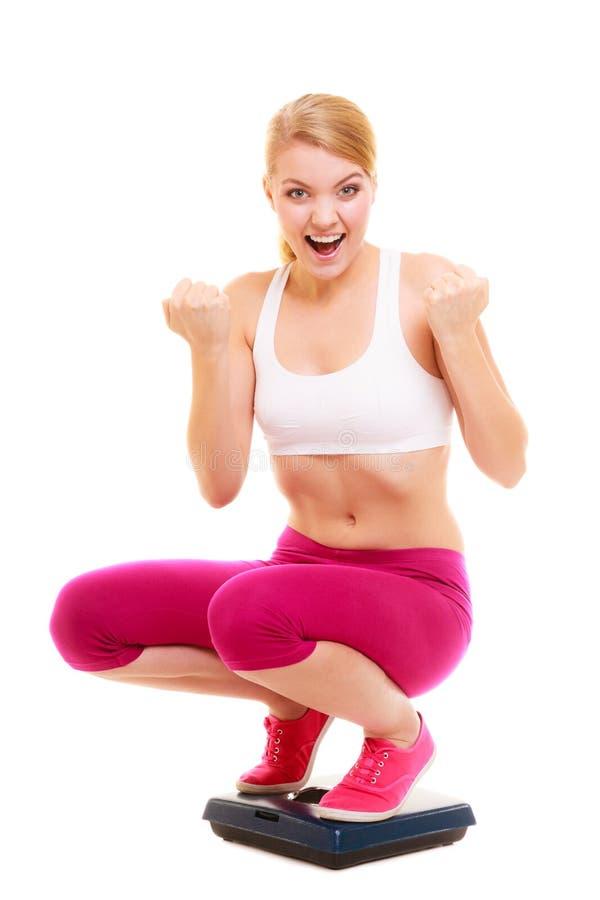 Escala de peso bem sucedida feliz da mulher dieting imagens de stock