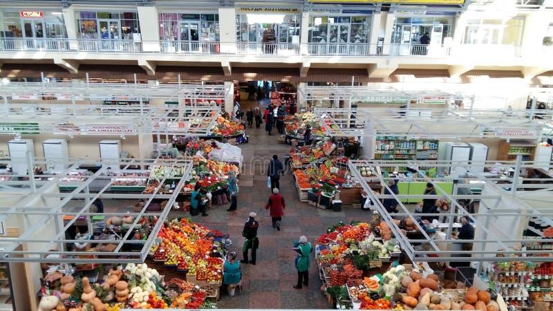 Escala de troca com frutos, vendedores e compradores imagem de stock
