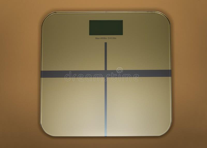 Escala do peso no ouro imagens de stock royalty free