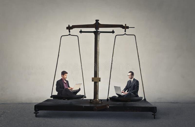 Escala dos homens de negócios foto de stock