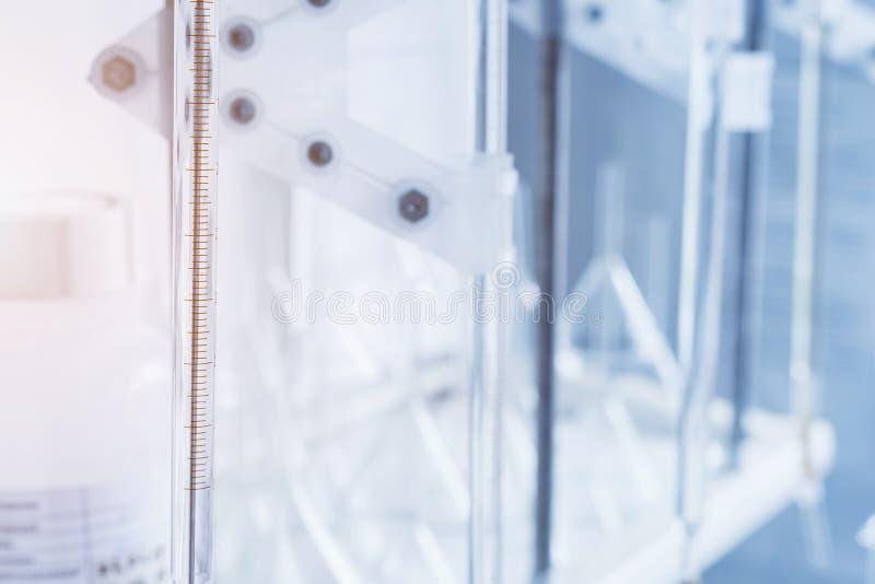 Escala medida para analisar a qualidade de um l?quido em um laborat?rio qu?mico, um instrumento com o equipamento feito do vidro  foto de stock