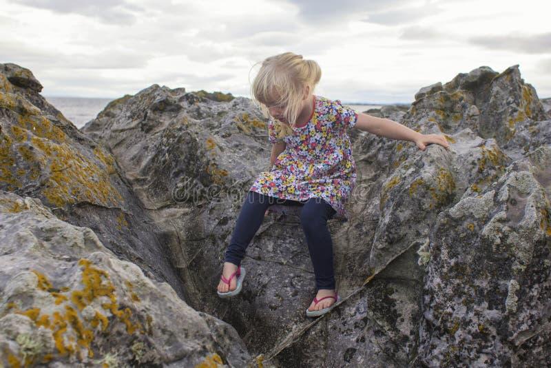 Escalada através das rochas em um dia de verões imagens de stock