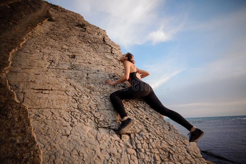 Escalada bonita joven atlética de la muchacha sin las carabinas y la cuerda, bouldering fotografía de archivo libre de regalías