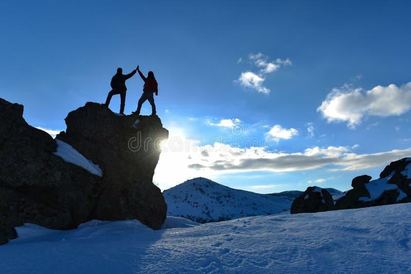 Escalada de desafio, sucesso máximo e a vida de montanhistas lindos imagem de stock
