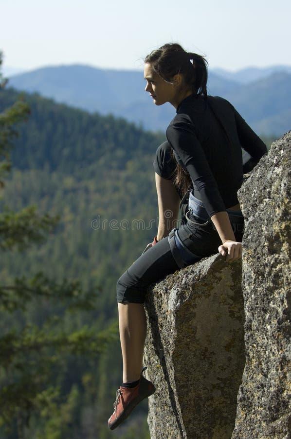 Escalada de rocha da mulher consideravelmente nova fotos de stock royalty free
