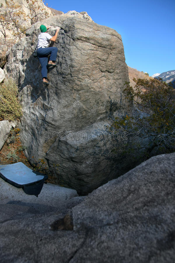Escalada de rocha do homem imagem de stock
