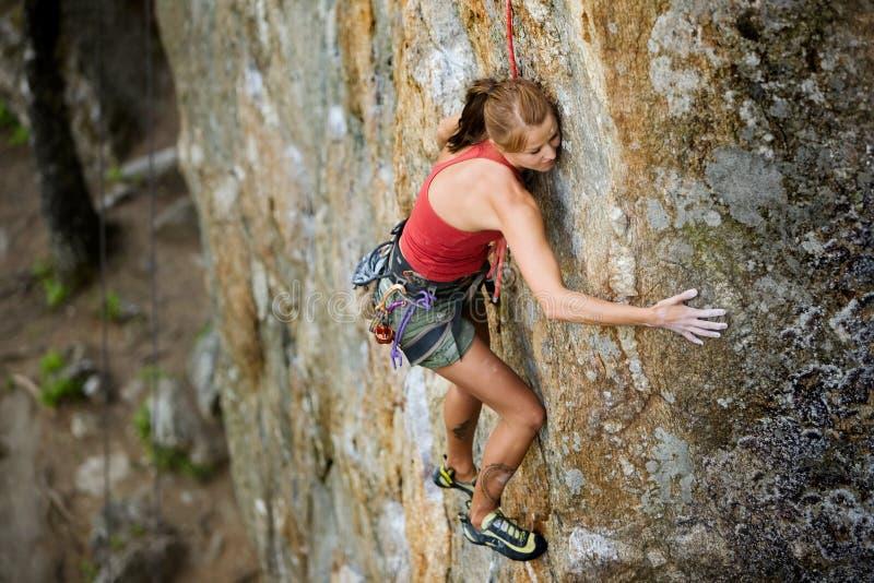Escalada de rocha fêmea fotografia de stock