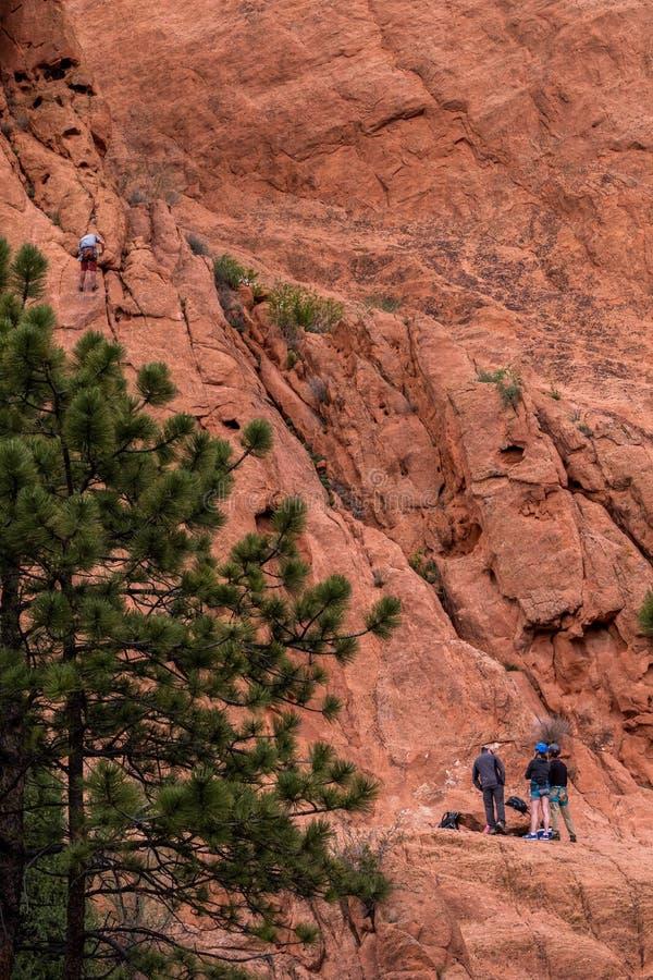 Escalada del escalador de montaña en el jardín de las montañas rocosas de Colorado Springs de dioses fotos de archivo
