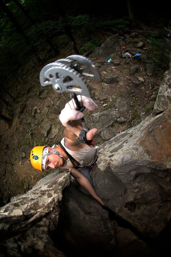 Escalada do homem na rocha fotografia de stock royalty free