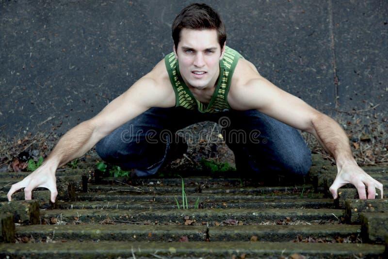 Escalada do homem novo fotografia de stock royalty free