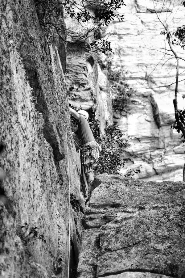 Escalada do montanhista de rocha fotos de stock