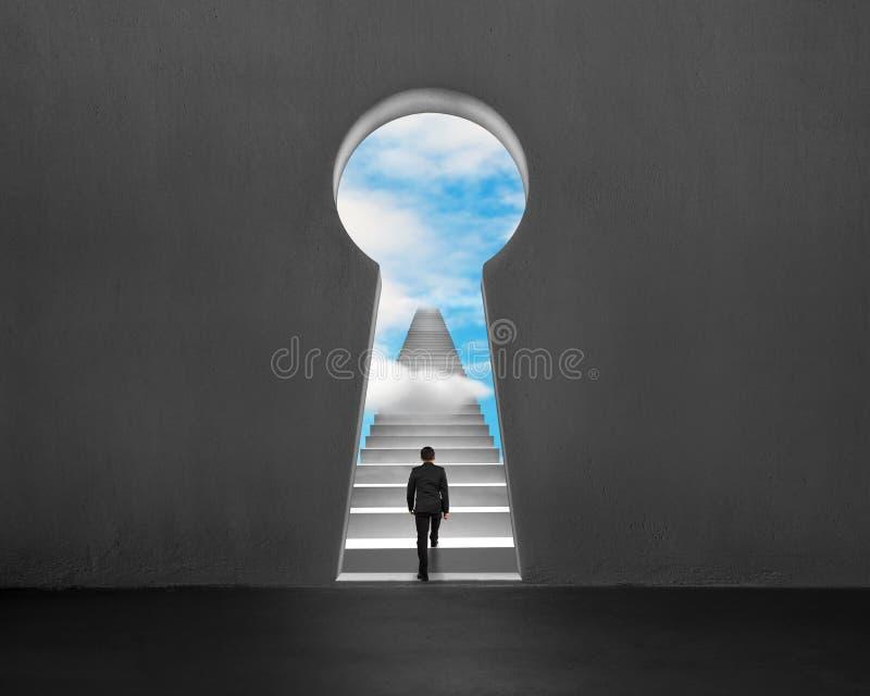 Escalada em escadas com furo chave da forma e o céu azul ilustração royalty free